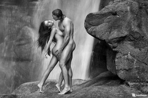 Фото Влюбленная обнаженная пара стоит на фоне водопада, фотограф Bruno Birkhofer