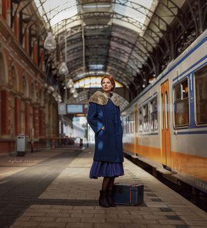 Фото Девушка стоит у чемодана на платформе. Фотограф Ирина Джуль