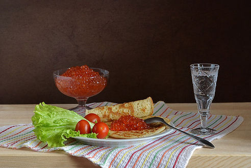 Фото Тарелка с блинами с икрой, овощами и рюмкой водки