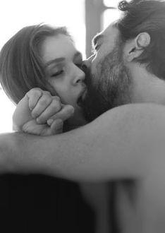 Фото Парень крепко обнимает девушку
