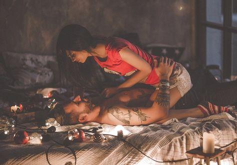 Фото Влюбленные парень и девушка лежат на постели