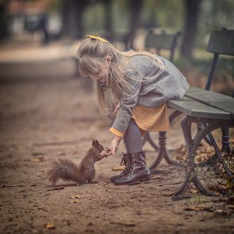 Фото Девочка с белочкой. Фотограф Adam Wawrzyniak