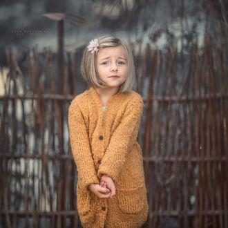 Фото Смущенная девочка с цветочком на волосах. Фотограф Adam Wawrzyniak