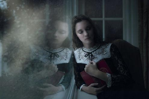 Фото Девушка с книгой стоит у окна, by Jessica Drossin