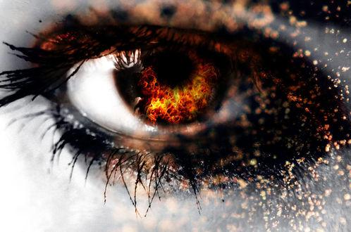 Фото Огонь горит в глазном радужке