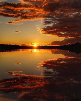 Фото Восход солнца на озере, отражение неба в воде