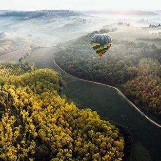 Фото Воздушный шар в небе над полями и осенним лесом