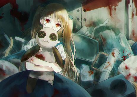 Фото Девочка обнимает окровавленную куклу, by moekon
