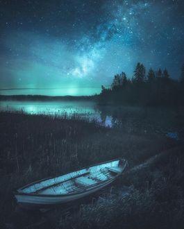 Фото Лодка на берегу реки под красивым звездным небом