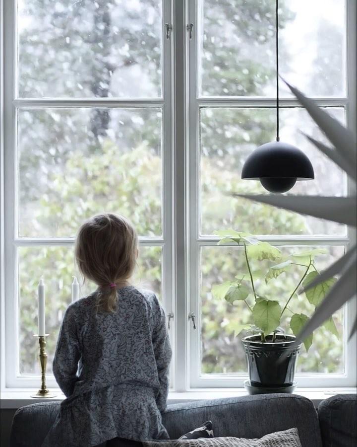 Картинка девочки у окна