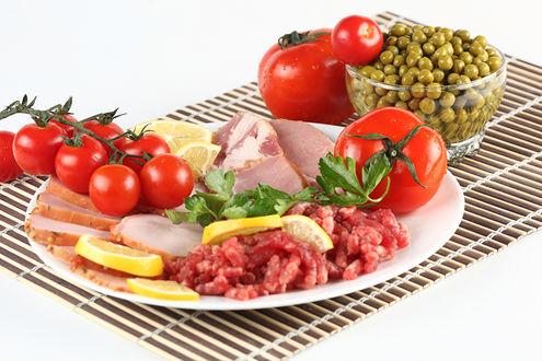 Фото Тарелка с мясными деликатесами, помидорами и горошком
