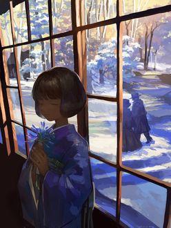 Фото Девочка с букетиком цветов стоит у окна