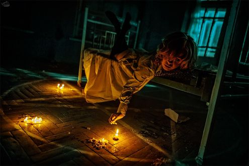 Фото Демоническая девушка лежит на кровати в комнате с пентаграммой на полу при свечах, by RiperJack