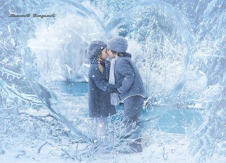 Фото Зимой у замерзшей реки мальчик целует девочку