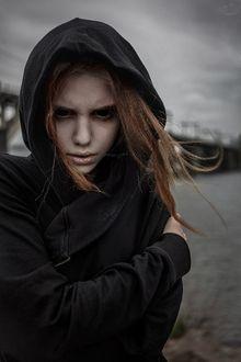 Фото Рыжая девушка с пустыми черными глазницами закуталась в черный балахон, by RiperJack