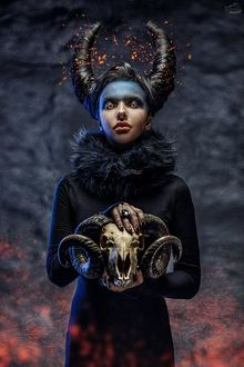 Фото Демоническая девушка с рогатым черепом в руках, by RiperJack