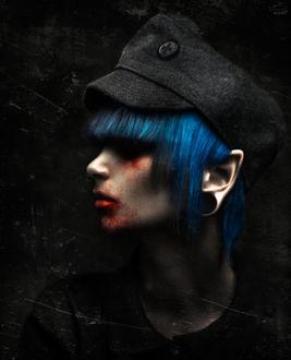 Фото Профиль измазанной в крови девушки с синими волосами и заостренными ушами с пирсингом, в черной кепи, by RiperJack