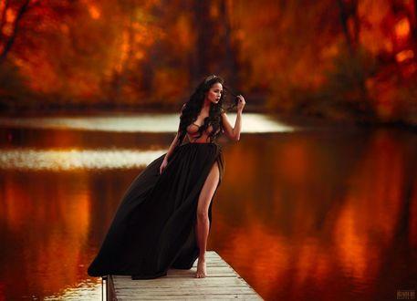 Фото Девушка в длинном платье стоит на мостике у водоема, фотограф Светлана Беляева
