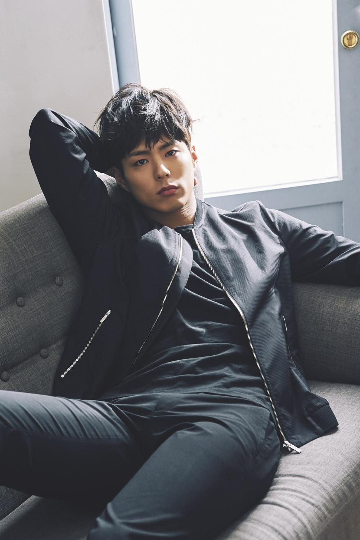 Фото Южнокорейский актер Пак Бо Гом / Park Bo Gum позирует, сидя на диване