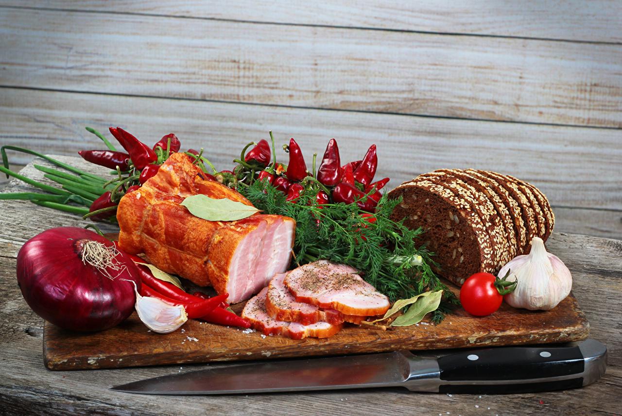 Фото Доска с мясными деликатесами и овощами