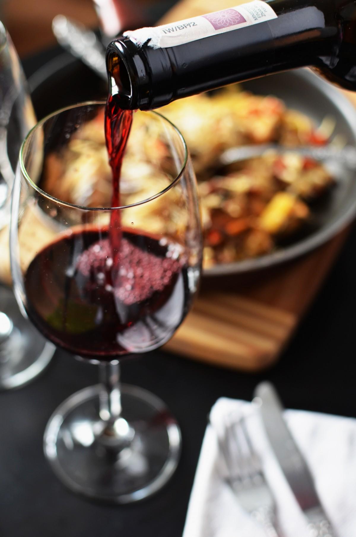 Картинка с вином и бокалами за столом