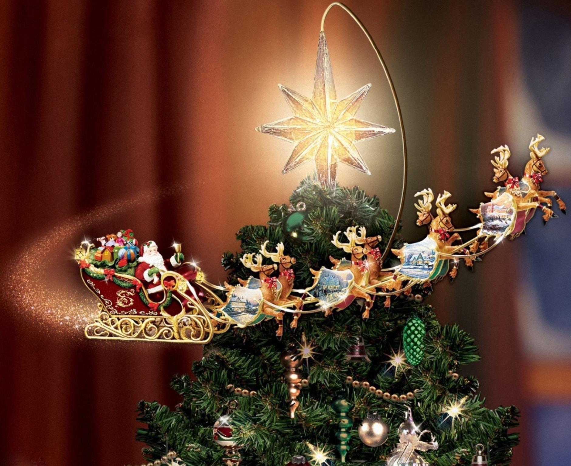 Санта Клаус в санях, на оленях летит вокруг новогодней, наряженной елки
