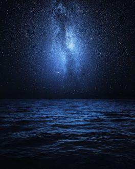 Фото Млечный путь в небе над морем