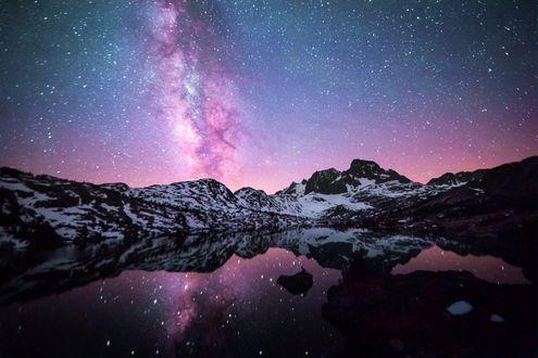 Фото Заснеженные горные образования Sierra Nevada, California / Сьерра-Невада, Калифорния под красивым звездным небом, отражающемся в озере Garnet / Гарнет