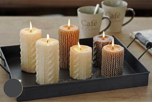 Фото Горящие свечи на сером подносе, рядом две кофейные кружки на столе