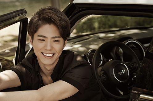 Фото Южнокорейский актер Пак Бо Гом / Park Bo Gum сидит в машине