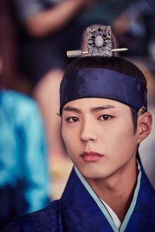 Фото Южнокорейский актер Пак Бо Гом / Park Bo Gum в роли принца в дораме Лунный свет, влекомый облаками / Gooreumi Geurin Dalbit