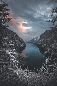 Фото Озеро в окружении гор под мрачным небом, by Denny Bitte