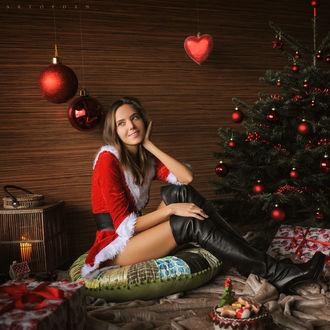 Фото Девушка в новогоднем наряде сидит у елки в окружении подарков, by Artofdan Photography
