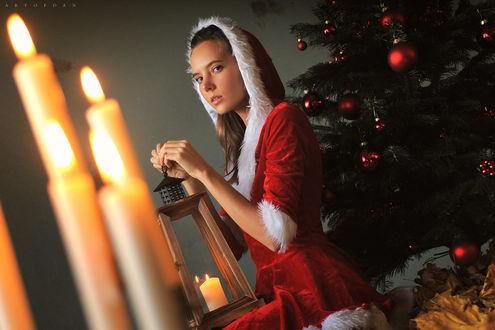 Фото Модель Katya Clover в новогоднем наряде с фонарем в руках стоит у елки, by Artofdan Photography