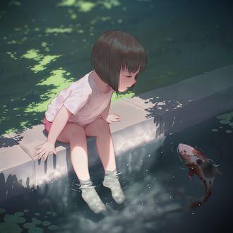 Фото Маленькая девочка сидит у пруда, опустив ноги в воду, и смотрит на подплывшего карпа кои, art by Maredoro