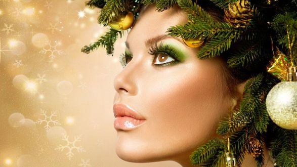 Фото Девушка с новогодней композицией на голове
