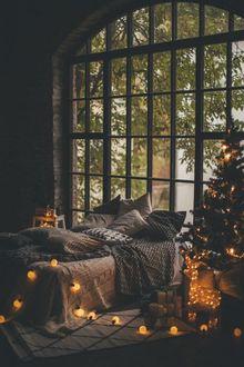 Фото Спальня с новогодней елкой и гирляндой на полу