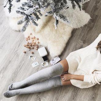 Фото Девушка сидит на полу рядом с елкой