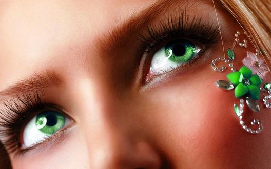 Фото Лицо зеленоглазой девушки с цветочной аппликацией со стразами