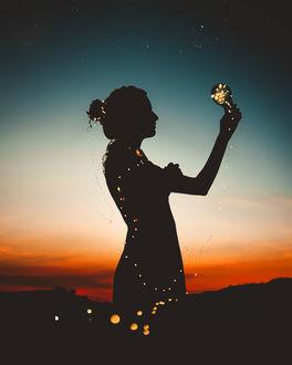 Фото Силуэт девушки с лампочкой в руке, by luizclas