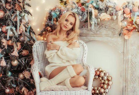 Фото Девушка сидит в кресле в комнате по новогоднему украшенной, рядом с елкой, Фотограф Лилия Мак