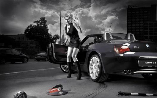 Фото Испуганная девушка у BMW Z4 смотрит на разбросанные вещи сотрудника ДПС