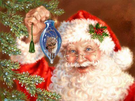 Фото Санта Клаус в очках держит в руке елочную игрушку, by Dona Gelsinger