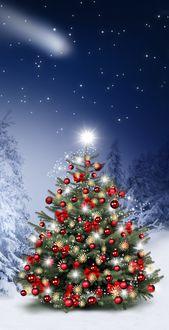 Фото Нарядная новогодняя елка стоит в зимнем лесу, на фоне ночного неба с падающей звездой