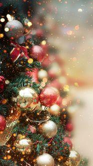 Фото Новогодняя елка на фоне боке украшена игрушками