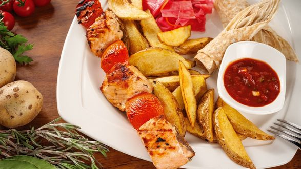 Фото Тарелка с шашлыком, картошкой и соусом