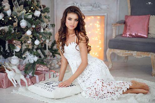 Фото Модель Ксения в белом платье сидит на полу у новогодней елки, фотограф Dmitry Arhar