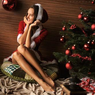 Фото Девушка Katya Clover в новогоднем наряде сидит у елки в окружении подарков, by Artofdan Photography