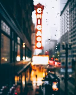 Фото Через мокрое стекло видна улица города