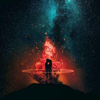 Фото Влюбленные в огненном круге на фоне огня